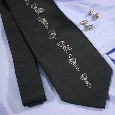 Krawat z instrukcją wiązania - idealny węzeł, zawsze na czas!