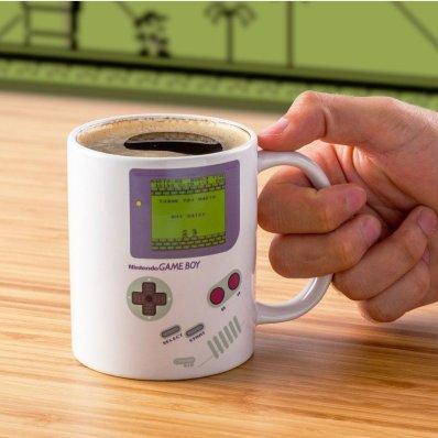 Kubek Game Boy - po zalaniu wrzątkiem, ładuje Super Mario Land.