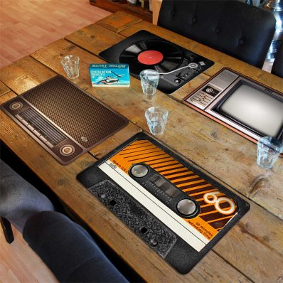 Podkładki pod jedzenie Retro Taste - radio, TV, adapter i kaseta magnetofowa na Twoim stole.
