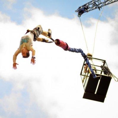 Skok na bangee - doskonały prezent dla każdego fana mocnych wrażeń