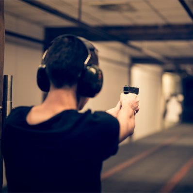 Nauka strzelania na profesjonalnej strzelnicy z instruktorem