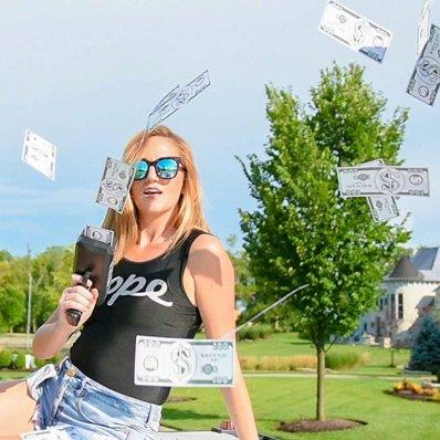 Pistolet Bogacza - Make It Rain - czas obnosić się z pieniędzmi. To co, że fałszywymi?