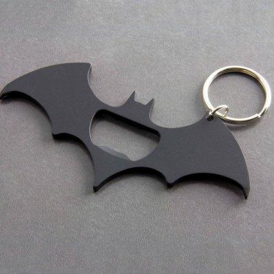 Podręczny Multitool Batmana w kształcie bataranga.