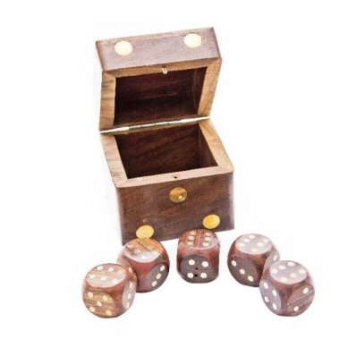 Gra w kości w drewnianym pudełku