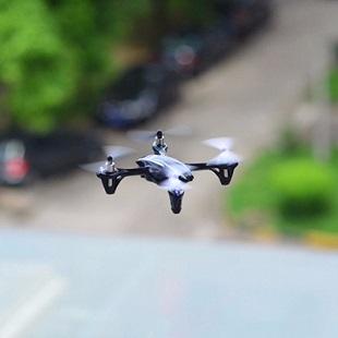 Dron latający w akcji